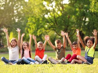 Kindercamp Kinder auf der Wiese