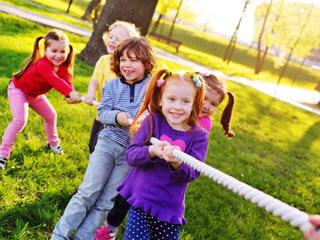 Sommercamp Kinder Seilziehen